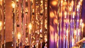 Nuovi anni di vigilia di fondo confuso di celebrazione festiva con i vetri di champagne Fuochi d'artificio d'annata e bokeh dell' fotografie stock