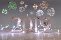 Nuovi anni di vigilia di fuochi d'artificio del partito 2019 immagini stock