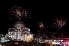 Nuovi anni ortodossi di celebrazione di vigilia con i fuochi d'artificio sopra la chiesa del san Sava alla mezzanotte a Belgrado, immagine stock