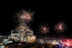 Nuovi anni ortodossi di celebrazione di vigilia con i fuochi d'artificio sopra la chiesa del san Sava alla mezzanotte a Belgrado, immagine stock libera da diritti