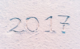 2017 nuovi anni scritti in farina sui precedenti di legno Fotografia Stock