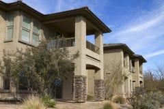 Nuovi condomini di lusso moderni di terreno da golf del deserto Fotografie Stock