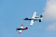Nuovi e vecchi aerei militari Immagine Stock