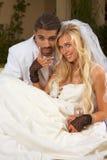 Nuovi felici wed le coppie interrazziali nell'umore di cerimonia nuziale Fotografie Stock