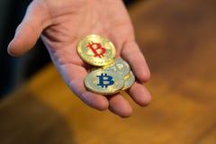 Nuovi fondi virtuali dorati Bitcoins Immagini Stock