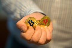 Nuovi fondi virtuali dorati Bitcoins Fotografie Stock Libere da Diritti