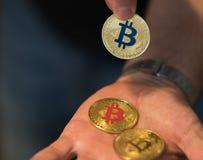 Nuovi fondi virtuali dorati Bitcoins Fotografia Stock Libera da Diritti