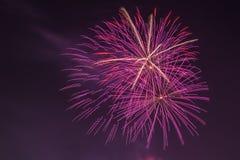 Nuovi fuochi d'artificio di Year's EVE nel cielo Fotografie Stock