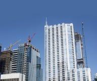 Nuovi grattacieli in costruzione con le gru alte Fotografia Stock Libera da Diritti