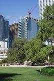 Nuovi grattacieli in costruzione con le gru alte Immagini Stock Libere da Diritti