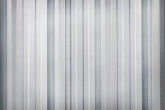 Nuovi grigi o d'argento puliti nei modelli verticali zincano il fondo della parete immagine stock libera da diritti