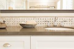 Nuovi lavandino del bagno, rubinetto, mattonelle del sottopassaggio e contatore moderni Fotografia Stock