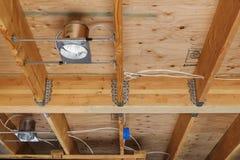Nuovi luci della costruzione e soffitto domestici, dettaglio Immagini Stock