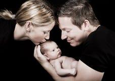 Nuovi mamma e papà con il bambino Fotografie Stock