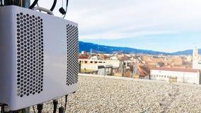 Nuovi moduli radiofonici astuti dell'attrezzatura di telecomunicazione della rete radiofonica 5G montati sulla torre del metallo fotografia stock libera da diritti