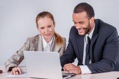 Nuovi obiettivi di affari Uomo d'affari sorridente due che esamina lapt Fotografia Stock
