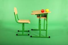 Nuovi scrittorio e sedia della scuola Immagine Stock Libera da Diritti