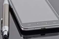 Nuovi smartphone e penna a sfera Fotografie Stock Libere da Diritti