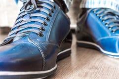 Nuovi stivali di cuoio blu alla moda Fotografie Stock