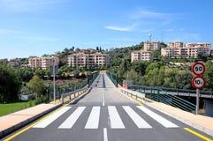 Nuovi strada e ponticello sopra il terreno da golf in Spagna Immagine Stock Libera da Diritti