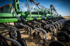 Nuovi trattori del macchinario agricolo ed attrezzature di lavorazione Fotografie Stock Libere da Diritti