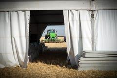 Nuovi trattori del macchinario agricolo ed attrezzature di lavorazione Immagine Stock