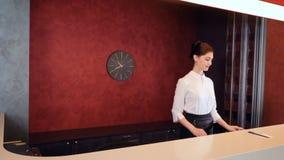 Nuovi venuti amichevoli di riunione del receptionist dell'hotel 4K video d archivio