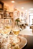Nuovi vetri del champagne di apertura del negozio Immagine Stock
