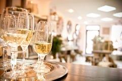 Nuovi vetri del champagne di apertura del negozio Immagini Stock Libere da Diritti