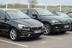 Nuovo allineamento di BMW parcheggiato in rivenditore Fotografie Stock Libere da Diritti