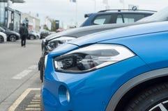 Nuovo allineamento di BMW parcheggiato in rivenditore Fotografia Stock