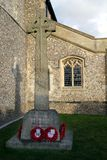 Nuovo Alresford, Regno Unito - 28 gennaio 2017: Croce celtica con le corone del papavero Immagine Stock