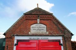 Nuovo Alresford, Regno Unito - 28 gennaio 2017: La vecchia caserma dei pompieri in disuso dentro Immagine Stock Libera da Diritti