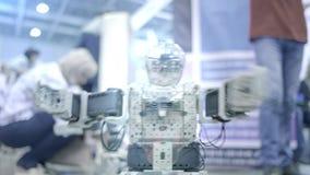 Nuovo androide del robot che balla sulla manifestazione Mostra i movimenti umani Nuove tecnologie nel mondo moderno video d archivio