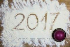 Nuovo 2017 anni felice sulla farina, fondo di legno Fotografia Stock Libera da Diritti