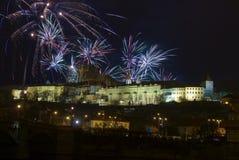 Nuovo anno 2009, castello di Praga e fuochi d'artificio Immagine Stock