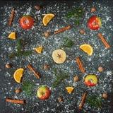 Nuovo anno arancio dei rami dell'abete di verde della neve della noce moscata del cinamon di Apple Fotografie Stock