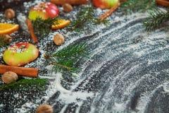 Nuovo anno arancio dei rami dell'abete di verde della neve della noce moscata del cinamon di Apple Fotografia Stock
