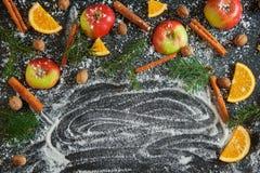 Nuovo anno arancio dei rami dell'abete di verde della neve della noce moscata del cinamon di Apple Immagini Stock