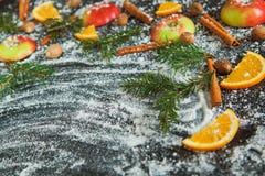 Nuovo anno arancio dei rami dell'abete di verde della neve della noce moscata del cinamon di Apple Immagine Stock
