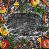 Nuovo anno arancio dei rami dell'abete di verde della neve della noce moscata del cinamon di Apple Fotografia Stock Libera da Diritti