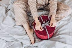 Nuovo anno beige dei regali dei pigiami della camicia da notte della ragazza immagine stock