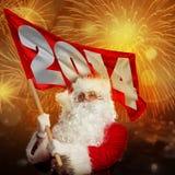 Nuovo anno che ottiene Santa Claus. Santa con la bandiera 2014 in fuoco d'artificio Immagini Stock