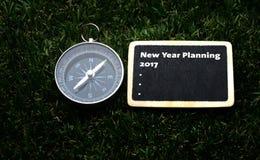 Nuovo anno che progetta scrittura 2017 sull'etichetta Fotografia Stock