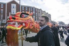 Nuovo anno cinese di Liverpool - fissando voi Dragon Dancers fuori sulle vie di Liverpool Immagine Stock Libera da Diritti