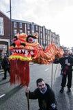 Nuovo anno cinese di Liverpool - fissando voi Dragon Dancers fuori sulle vie di Liverpool Fotografia Stock