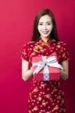 Nuovo anno cinese felice Contenitore di regalo della holding della giovane donna immagini stock libere da diritti