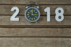 Nuovo anno 2018 con la portata 12 dell'orologio una metà di notte di 00 orologi Fotografia Stock