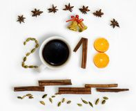 Nuovo anno 2018 3D numera con le spezie, l'arancia, le campane e la tazza di caffè su un fondo bianco Cartolina di Natale Fotografie Stock Libere da Diritti