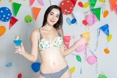 Nuovo anno d'uso di evento del partito di dancing del bikini della ragazza calda sexy o b fotografie stock